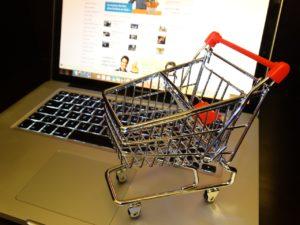 Romanii intre 16 si 24 de ani reprezinta 80% din cumparatorii online de imbracaminte din UE