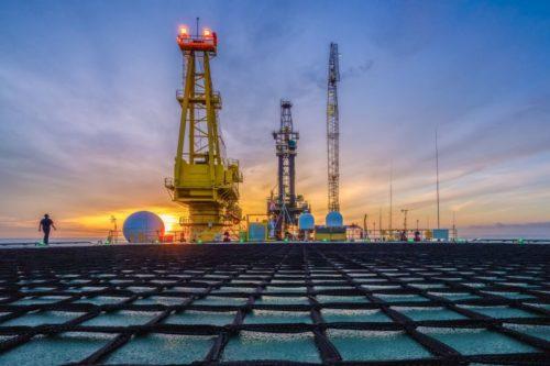 Petrolul se apropie de treia lună consecutivă de creștere, dar se confruntă cu argumente mixte
