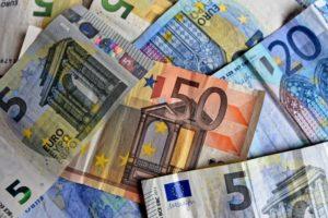Numerarul mai mare de 10.000 de euro va trebui declarat atât la intrarea cât și la ieșirea dintr-o țară UE