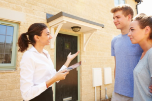 Ce întrebări ar trebui să adresezi unui agent imobiliar atunci când vrei să cumperi un imobil?